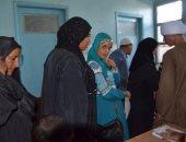 بالصور.. مواطنو إسنا يجرون الفحوصات الصحية للحصول على معاش تكافل وكرامة