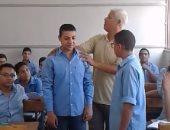 """بالفيديو.. مدرس بأسيوط يشرح قصة أجنبية على طريقة """"الإنجليزى بالصعيدى"""""""