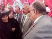 """بالفيديو والصور.. محافظ الدقهلية يعزى أسرة أحد شهداء """"زغدان"""" ويأمر بإطلاق اسمه على مدرسة"""