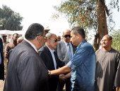 بالصور..محافظ القليوبية ومدير الأمن يقدمان وجب العزاء فى شهيد القوات المسلحة