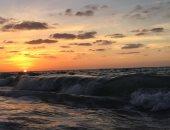 بالصور.. البحر يعانق السماء عند الغروب بشواطئ العريش
