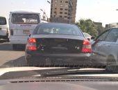 بالصور.. سيارة بدون لوحات معدنية تتجول بشارع الملك الصالح