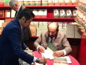 """حاكم الشارقة يوقع النسخة الألمانية لكتابه """"سيرة مدينة"""" بمعرض فرانكفورت"""