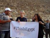 """الفنان العالمى مايكل بولتون يزور الأهرامات ويحمل لافتة """"هى دى مصر"""""""