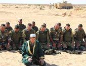 جندى روسى يؤم أفرادا من قوات المظلات المصرية بالصحراء قبل التدريبات