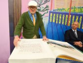 بالصور.. رسام بريطانى يقدم كتابا يزن 35 كيلو فى معرض فرانكفورت