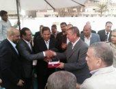 بالصور.. بلدية المحلة يكرم محافظ كفر الشيخ بعد مباراة البلدية
