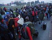 بالصور.. تحرك أول حافلات نقل مهاجرى كاليه الفرنسية والسلطات: معظمهم شباب