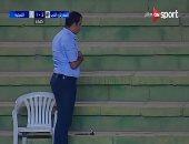 بالفيديو.. مدرب المقاولون يؤدى الصلاة أثناء مباراة فريقه أمام الشرقية