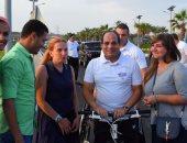 بالصور.. السياح يلتقطون سيلفى مع الرئيس أثناء جولته بالدراجة بشرم الشيخ