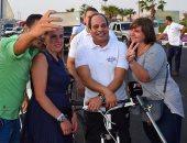 السياح يلتقطون سيلفى مع الرئيس أثناء جولته بالدراجة بشرم الشيخ