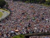 """""""الإندبندنت"""": التضخم فى فنزويلا يجعل المواطنين يزنون الأموال بدلًا من عدها"""