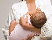 دراسة: الرضاعة الطبيعية تغذى البكتيريا النافعة بالأمعاء