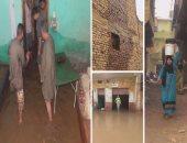 بالفيديو.. الأهالى تزيل مياه السيول فى العياط بالجرادل