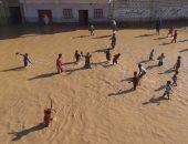 بالفيديو.. أطفال الحاجر بسوهاج يستخدمون أفلاق النخيل للسباحة بمياه السيول