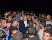 بالصور.. تجمع المئات من أهالى قنا لمتابعه تدفق مياه السيول