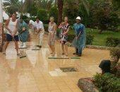 بالصور.. السياح يشاركون فى تنظيف فنادق الغردقة من أضرار السيول