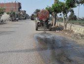 """بالصور.. سيارة """"كسح"""" تلقى مياه المجارى على الطريق فى قرية المشرك بالفيوم"""