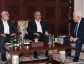 """هاآرتس: عباس ناقش مع قادة حماس بقطر فرص """"المصالحة"""" بعد زيارة سريعة لتركيا"""
