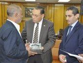 جامعة قناة السويس تكرم أسر شهداء الشرطة والجيش بالإسماعيلية