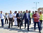 بالصور.. وزير النقل ينهى جولته بالأقصر ويتجه لقنا لتفقد أضرار السيول