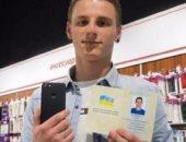 "شاب أوكرانى يغير اسمه لـ""آيفون 7"" والشركه تهديه الهاتف"