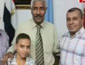 بالفيديو.. مدرسة تعتذر لطالب بعد أن وضعت قدمها على صدره وتقيم له حفلا خاصا