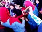 بالفيديو.. طالبة تتهم حارسة أمن جامعة طنطا بتمزيق ملابسها أمام الطلاب