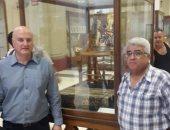 السفير الإسرائيلى بالقاهرة يزور المتحف المصرى ويلتقط صورا بجانب الآثار