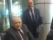 شاهد.. وزيرا الثقافة الأسبقان ومصطفى الفقى يخلعون الأحذية بمطار القاهرة