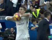 """بالفيديو.. رونالدو يهدى كرة """"هاتريك"""" ألافيس إلى مارسيلو"""