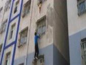 نشطاء يتداولون فيديو لشاب يتسلق عمارة سكنية لإنقاذ طفل