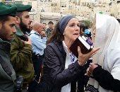بالفيديو والصور.. اشتباكات بين حاخامات ويهوديات حاولن الصلاة بحائط المبكى