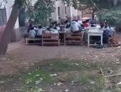 بالفيديو.. طلاب مدرسة بكفر الشيخ يفترشون الفناء خوفا من انهيار الفصول