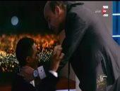 بالفيديو.. عمرو أديب يُقبّل رأس محمد رمضان بعد تقليده أحمد زكى