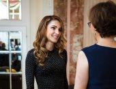 """الملكة رانيا تتألق بفستان أسود فى حفل عشاء """"لجنة الإنقاذ الدولية"""""""