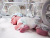 أب يبحث لتوأميه عن حضانة بسعر مخفض لإنقاذ حياتهما بعد ولادتهما بنمو ناقص