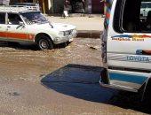 بالفيديو والصور.. انفجار خط مياه رئيسى بالقرب من إدارة مرور أسوان