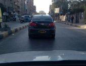 قارئ يشارك بصورة سيارة بدون أرقام تسير فى شوارع قليوب البلد