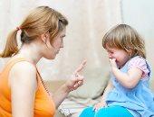 لهذه الأسباب لا يجب أن تضرب طفلك أمام الغرباء