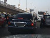 مواطنة ترصد سيارة تسير بدون لوحات معدنية فى ميدان عبد المنعم رياض