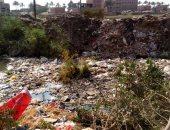 بالصور.. تراكم القمامة بمصرف حلابة بالقليوبية