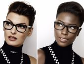 عارضة أزياء سمراء تفضح التمييز فى عالم الموضة بمحاكاة الإعلانات الشهيرة