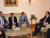 وزير الاتصالات يبحث مع قيادات سامسونج التوسع فى استثماراتها بالسوق المصرى