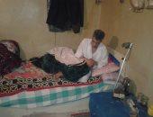 """بالصور.. مأساة """"عم ياسين"""" مصاب بشلل ويحلم بغرفة وعكاز يمشى عليه"""