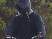 بالصور.. كانى ويست يتنزه بدراجته ويتمسك بخاتم زواج كيم كاردشيان