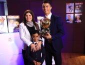 بالفيديو.. ابن رونالدو يسرق منه الأضواء خلال تسلمه للكرة الذهبية