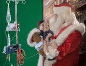 """بابا نويل يزور المستشفيات لمنح الأطفال المرضى مغامرات مبهرة """"بالفوتشوب"""""""