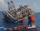 النفط يهبط مع نمو أنشطة الحفر الأمريكية والتزام أوبك يحد من الخسائر