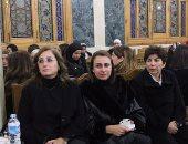 """بالصور.. مريم عزت أبو عوف تصل عزاء زبيدة ثروت بـ""""عكازين"""" ووصول فاروق حسنى"""